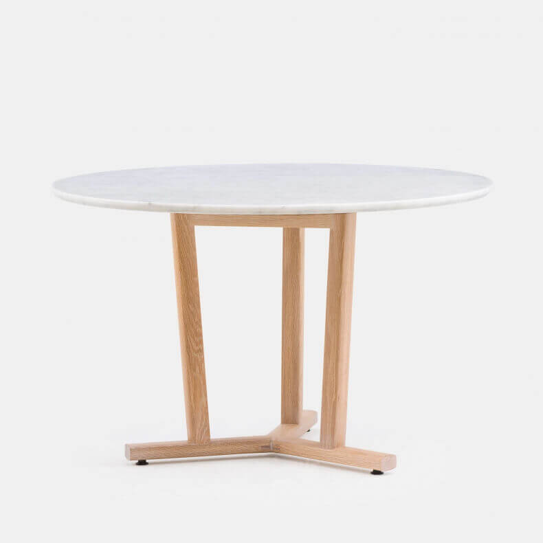 Shaker Round Table door Neri & Hu in wit geolied eikenhout en carrara marmer