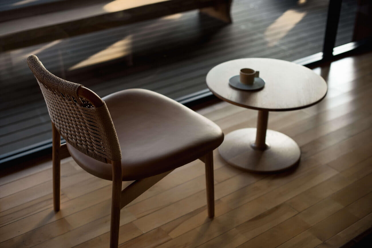 Saga Chair en Taio Table door Ariake via Suite Wood