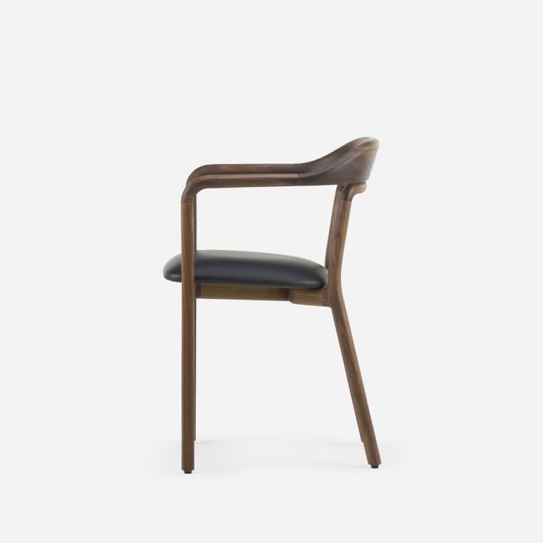 Duet Chair door Neri & Hu in walnotenhout en leer