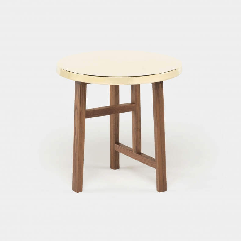 Trio Side Table door Neri & Hu in walnotenhout met een messing blad