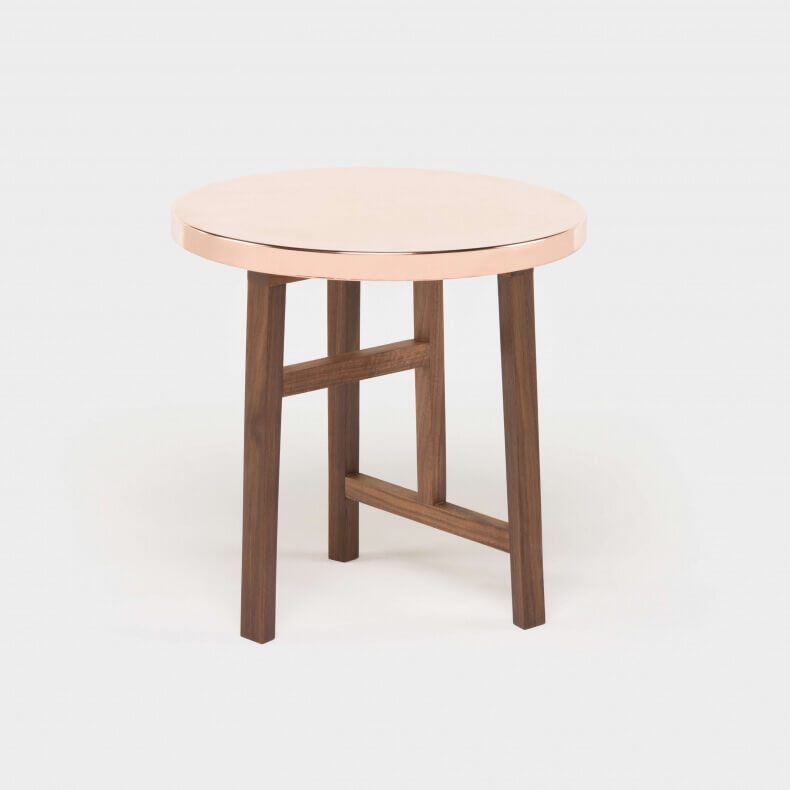 Trio Side Table door Neri & Hu in walnotenhout met een koperen blad