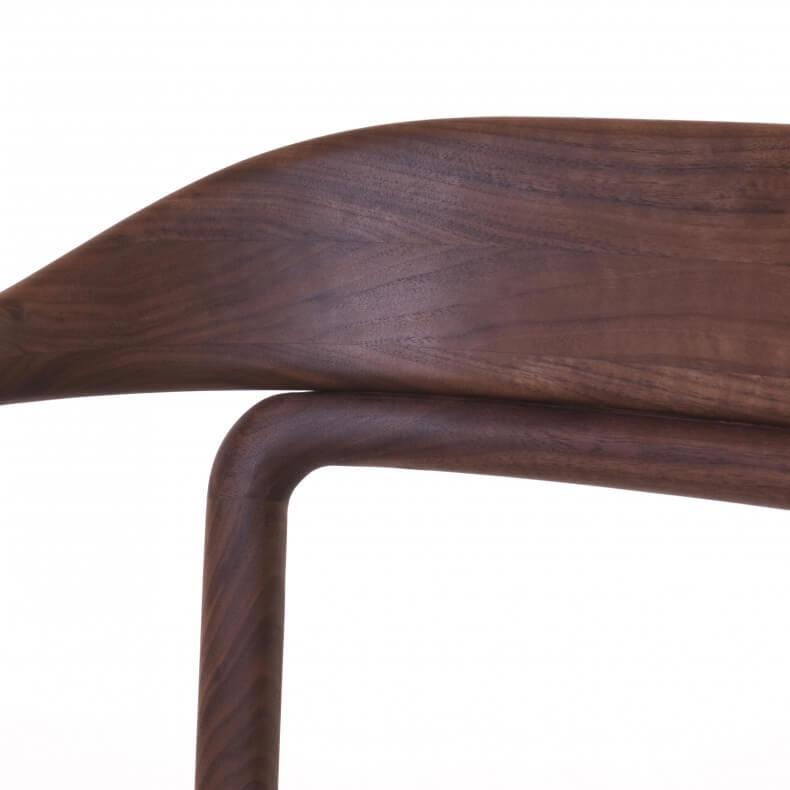Duet Chair door Neri & Hu in Duet Chair door Neri & Hu in walnotenhout en leer