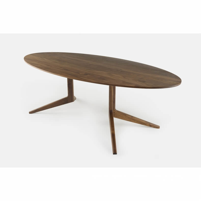 Light Oval Table door Matthew Hilton in walnotenhout
