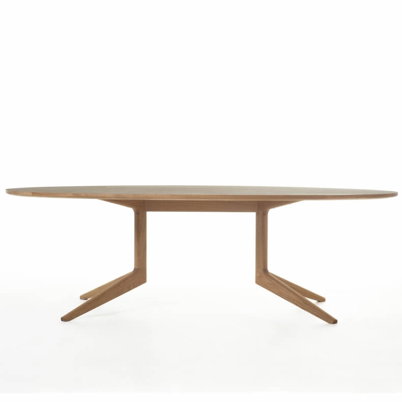 Light Oval Table door Matthew Hilton in eikenhout