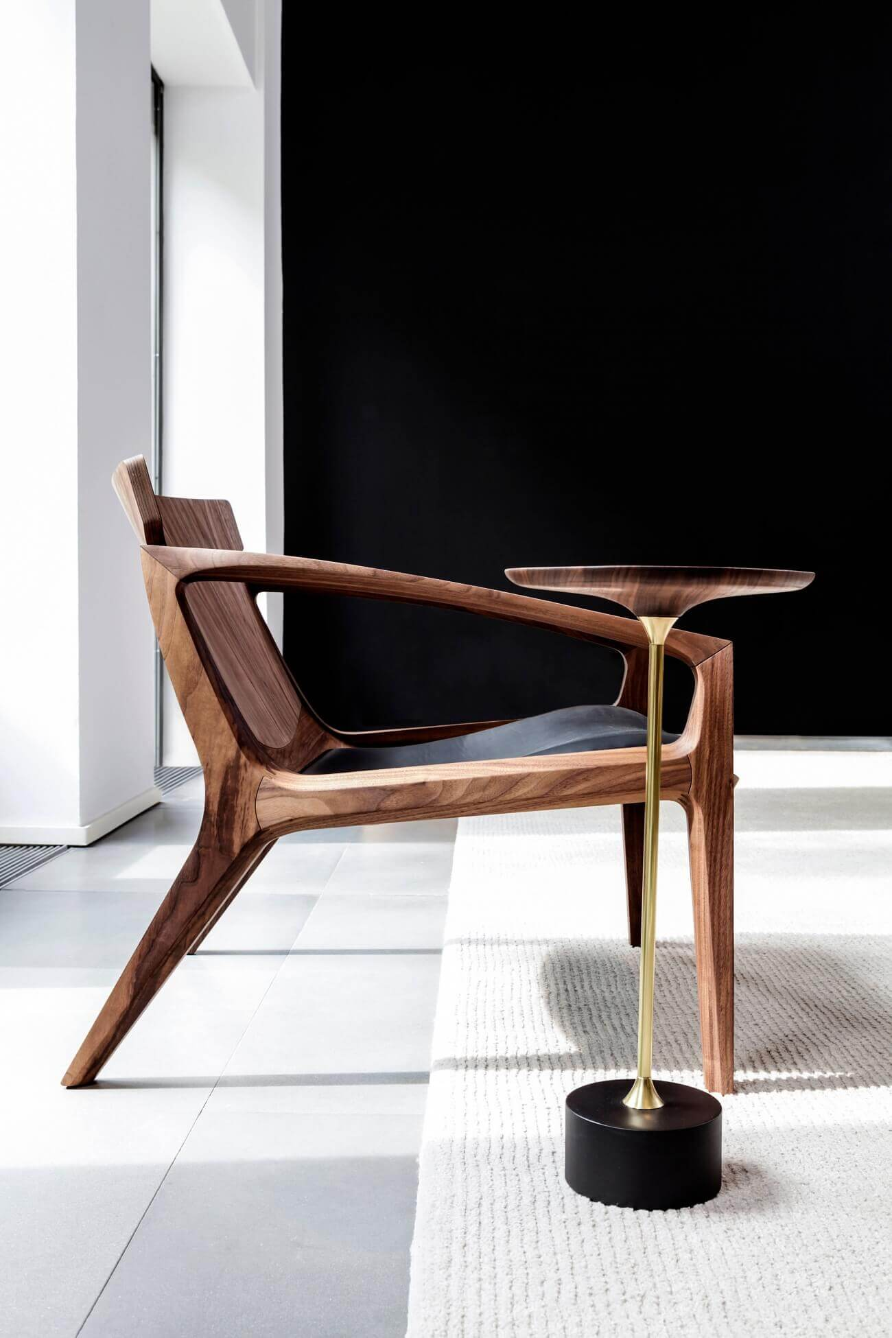 Linna Lounge Chair en Jardim Side Table van Sollos door Jader Almeida via Suite Wood