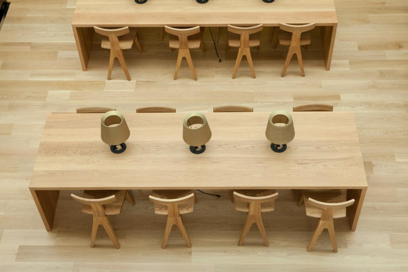 Fin Dining Chair ontworpen door Matthew Hilton en geproduceerd door De La Espada in Universiteit van Oregon project