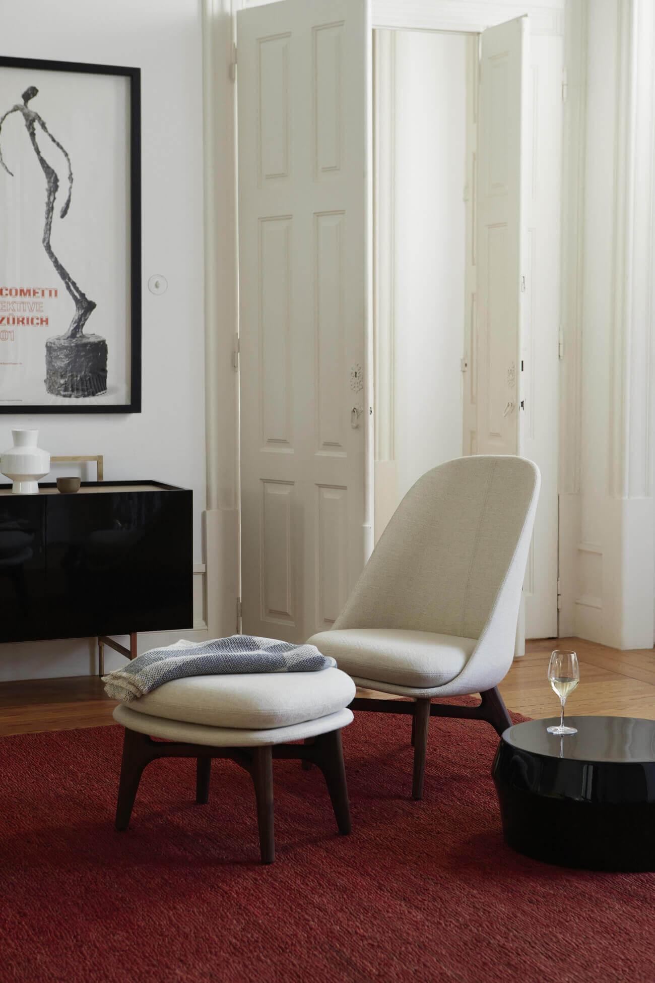 Solo Lounge Chair, Solo ottoman en Zhuzi Table ontworpen door Neri&Hu en geproduceerd door De La Espada